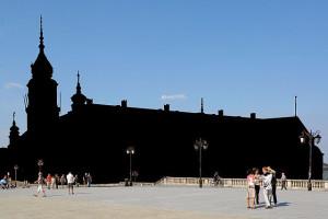 Так мали б виглядати фото, зроблені без отримання дозволу в авторів будівель. Королівський замок Варшави (автори Ala z, Halibutt) [CC BY-SA]