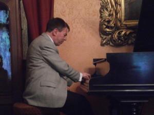 Олександр Козаренко виступає у музеї Соломії Крушельницької у Львові.  Фото Юрія Булки (cc0)