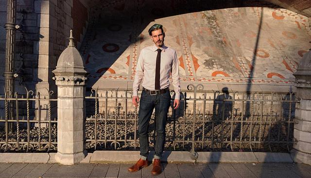 Юст де Кок у сорочці , джинсах і туфлях власного виробництва, CC-BY-SA-NC